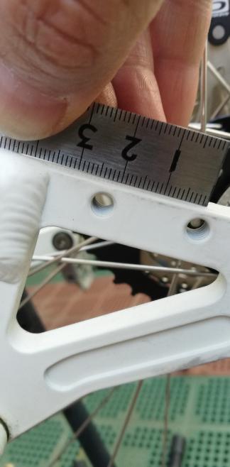 ディスクブレーキアダプター 画像のマウンテンバイクのリアのディスクブレーキアダプター探してました。22mm 幅のようです。ワンオフ、挟み込みタイプ以外でどうですか。sintesi のマウンテンバイクです。 海外とかならなんかあるのですかね。