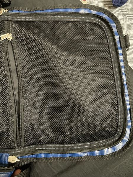 この中に何入れればいいか教えてください! バッグを開けたり閉めたりする度に中身が動くので何を入れていいかよぅわからん!!!! おすすめの入れるもの教えてください!