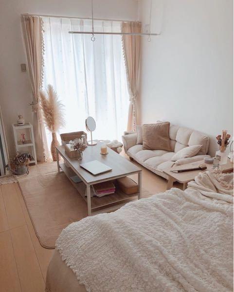 今、画像のように手前にベッドを置いているのですが、ベッドの位置を奥にしようかずっと迷っています。 ベッドは奥に置いた方がスタンダードでしょうか? 布団カビやすくなっちゃいますか?