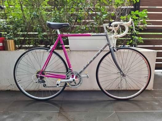 ミヤタ製の自転車ついて質問です。 最近1990年製のmiyata414型をオーストラリアで購入しました。三十年前の自転車なのでパーツが色々取り替えられています。この自転車の元のパーツはなんですか? あと、この頃の自転車、特にmiyata414は純日本製でしょうか?