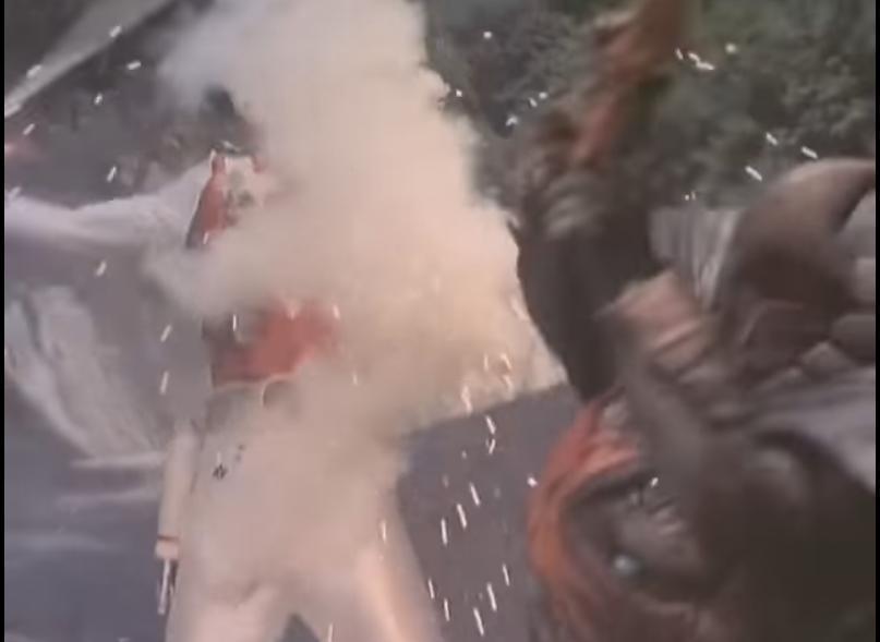 アニメや特撮作品の中で「主人公が反撃できぬほど、激しい敵の攻撃を受け続ける」と聞き、思い浮かべるのは何ですか? 下記は『動きを読む暇を与えないほどの勢いで繰り出されるケンヅノーの剣さばきになす術がないレッドファルコン』です。