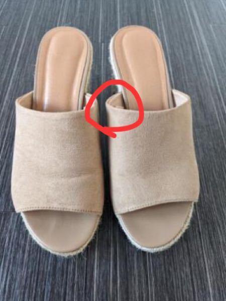 GUで写真のようなサンダルを購入したのですが、赤い丸の部分が足の甲に当たって歩く度に痛みが走ります。どうにか痛みを感じずに歩く方法ってありますか?小さいからでしょうか