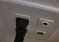 LAN配線について 写真を添付致します。 一階(コンセントにささってる方)と二階(寝室のみ)にLAN配線の穴はあり、 配管は通っていると思うのですが、 一階から二階にLANケーブルを使って接続する場合、 どのような工事が必要でしょうか また、二階の別の部屋にもLAN配線の穴を作る場合、新たに配管を通さなければならないのでしょうか。 それとも、壁のコンセントを変えてケーブルを引っ張ってくるだけ...
