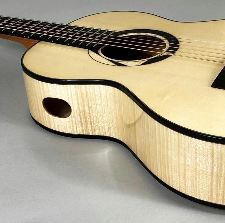 アコースティックギターのサイドに穴の開いたギターってどうなんですか?