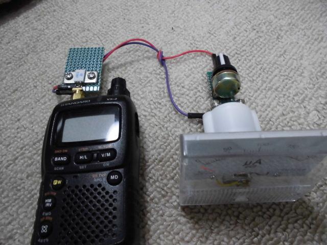 アマチュア無線、YAESUのハンディVX-2およびVX-5。 50Ωで終端し半波倍電圧整流による自作RF電圧計で送信電圧を測定すると結構ふらつくのですがそんなものですか? 電圧計そのものが周囲環境により測定値に影響が出ることは承知しているのですが、それを割り引いてもちょっとふらつき過ぎのように思えます。送信直後はピーンと針が振れて、ゆらゆらゆれながら電圧が落ちていく傾向があります。この傾向はバッテリーでもACアダプターを使っても出ます。