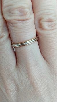 この指輪に重ね付け出来る指輪を探しているのですが、どんな物、色がいいでしょうか? アドバイスよろしくお願いします!