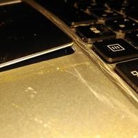 ノートPCのこの異変は何でしょうか? バッテリー膨張でしょうか? パソコンのキーボードの下の中間あたりが隆起して 写真の様に指でなぞる所なんか飛び出てしまってます。
