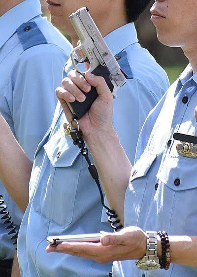 警察官の銃って普通は回転式拳銃らしいんですが、Googleとかで『警察 拳銃』って検索するとたまに自動式拳銃の画像が出てくるんです。で、下の画像って多分警察学校での訓練の時の写真だと思うのですが、制服警官っ て自動式拳銃を持つことできるんですか?特別な理由で自動式拳銃にしてるんですか?