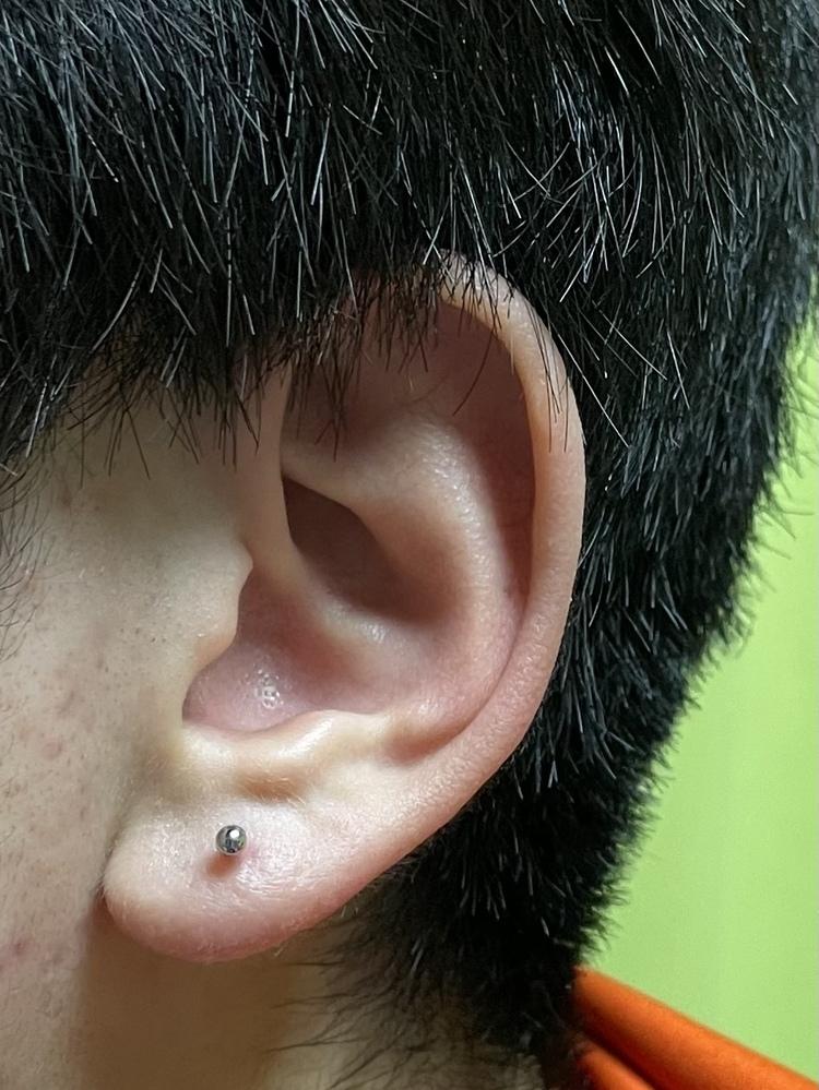 ファーストピアスを開けましたが、思ったより耳たぶの中央になってしまいました。フープピアスなどをする場合しにくいでしょうか? どなたか励ましてください