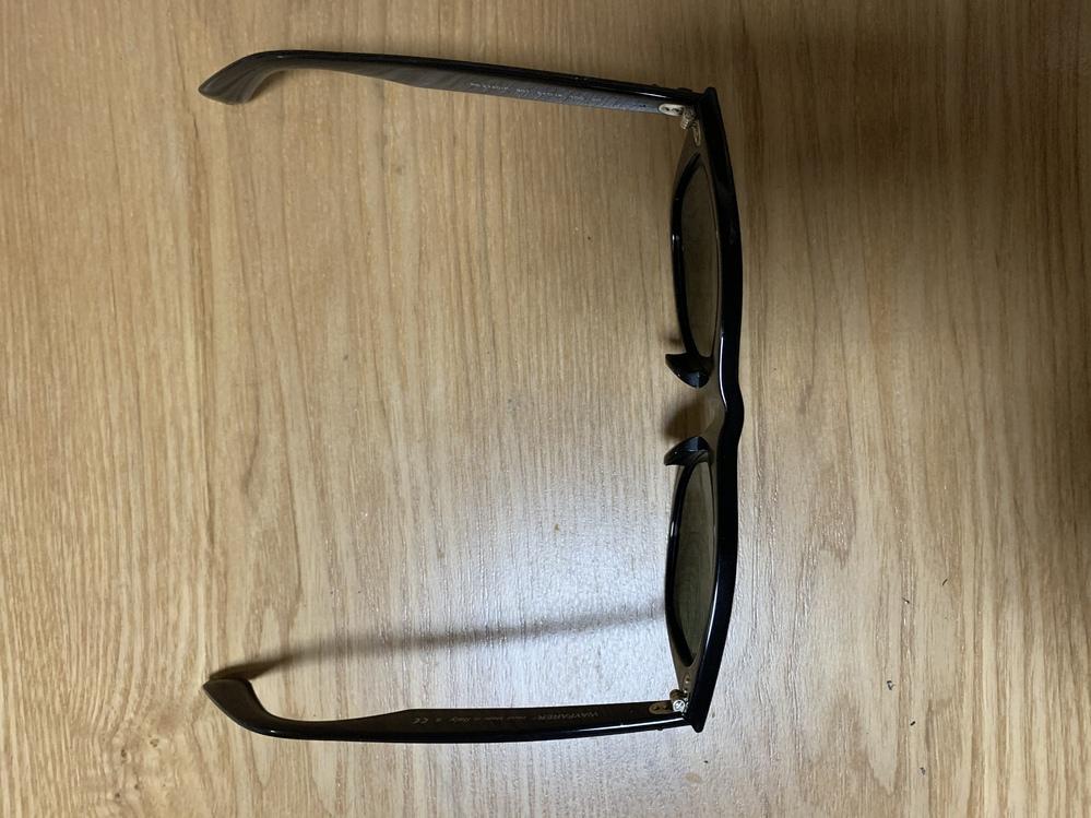 楽天でレイバンのサングラスを買ったのですが、下を向くとずり落ちてくるくらいです。(最大まで広げず掛ければ止まっておりますが…) これは普通なのでしょうか? 実物を試着する事なく購入したため、どん...