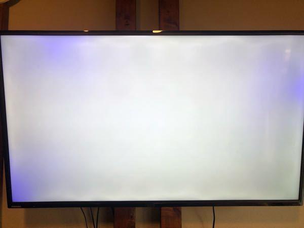 [テレビの画面が青い] 東芝REGZA 2018年製、購入時期2018年8月 1週間ほど前から、液晶テレビの画面の一部が青い症状が続いています。 (白画面にすると、わかりやすいので写真を撮ってみました。) メーカー問い合わせしましたが、保証対象外とのことで有料になるかもしれないとの事でした。 まだ買って3年も経っていないのに、こんな症状でるものなのでしょうか? 同じような経験された方、対処法などご存知の方いらっしゃいませんか? ハズレをひかされた気分です…