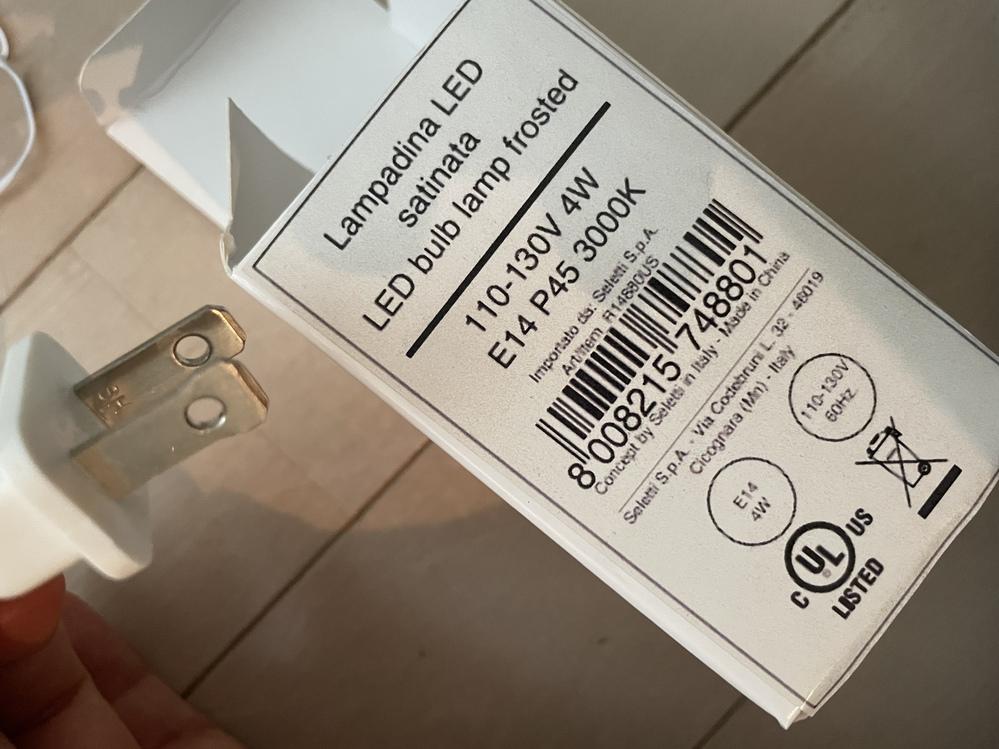 海外の取り寄せでライトを買いました。 電球の箱には110-130V 4W E14 P45 3000KでLEDと書かれており、コンセントは片方だけが先端が少し太くなっていて、入りません。 これは...