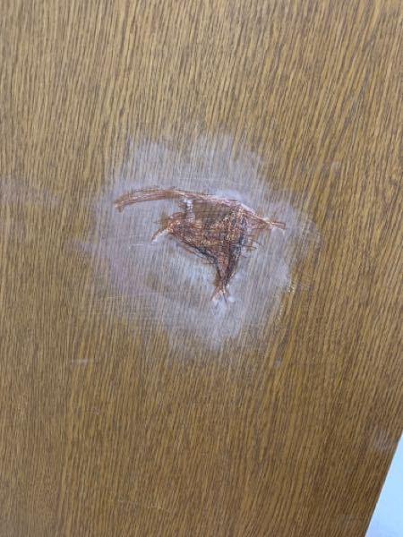 自分の部屋の扉に穴を開けてしまいました。色々試して穴は塞ぎましたが、見た感じバレるのも時間の問題です。誰か助けてください。ちなみに賃貸です。