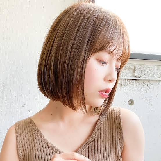 こういう髪型って髪の毛すいてますか? あとすいてるならどうやってすいてるんですか? あとヘアアイロンなどでまいていますか?