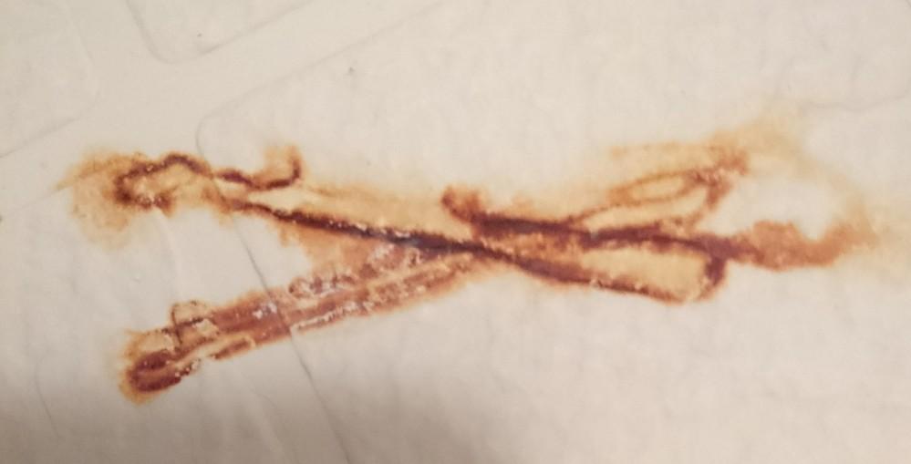 お風呂場の錆についてです。 ヘアピンを放置していて 付いてしまった錆跡が 消えません(>_<) 何を使えば消えますか? 教えてください。