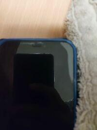 iPhone12 Proの保護ガラスフィルムのことで質問です 保護ガラスを貼ってるですが2週間ほどで同じ角から 剥がれてきます  もう3回保護ガラスを買い替えてます  にたような経験された方いますか そんなときどうされてますか わかりやすいように画像のせておきます