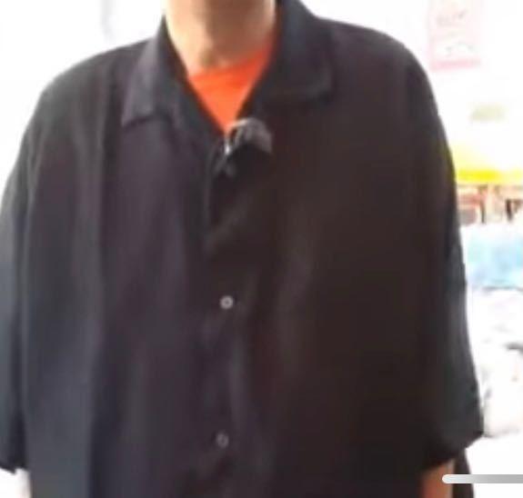この黒のシャツ?の服装はなんという名前ですか?