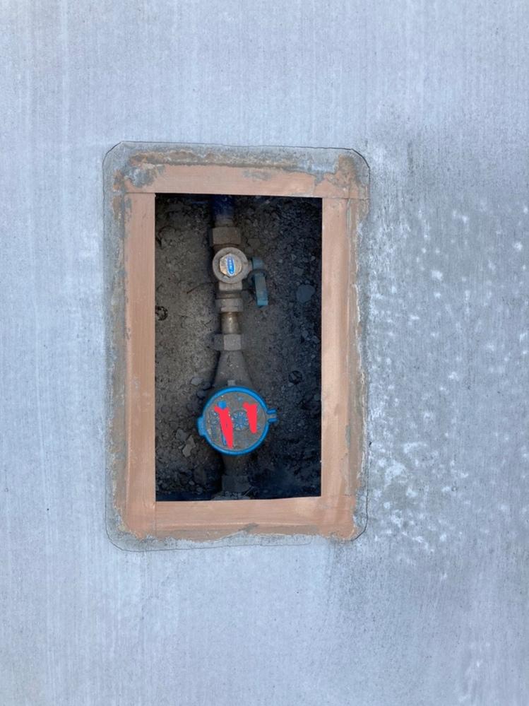 コンクリート打設後の量水器周辺のヒビ割れに関して質問させて下さい。 家の駐車場のコンクリートをある理由で打設し直して頂きました。 現在、乾かして3日ほどなんですが、添付写真のように量水器の周辺がヒビ割れております。 これは問題ないのでしょうか?車が乗っても大丈夫なのか、この程度の割れは一般的なのか知りたいです。 また、業者に修正依頼をして直るものなのか、打設し直すしかないのか、ご教示いただければ幸いです。 よろしくお願い致します。