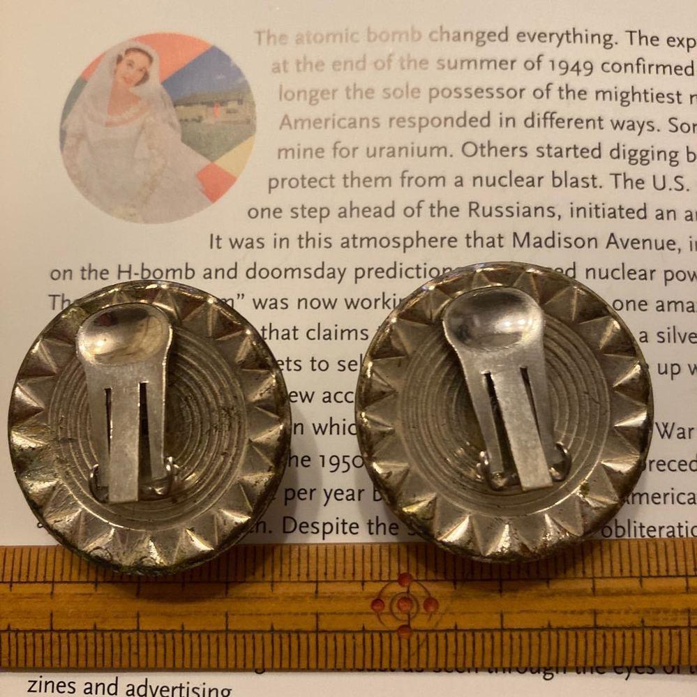これはイヤリングですか? 1950年代の物らしいですが。 これを耳タブに挟むんですか?