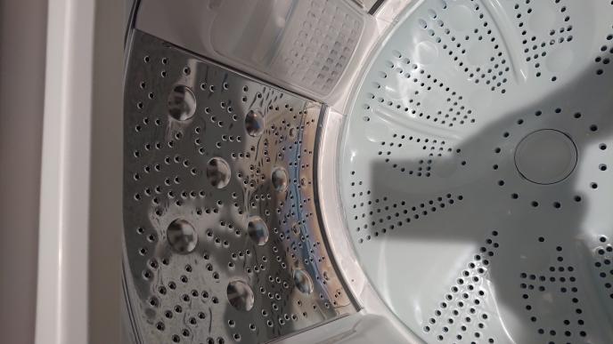 日立ビートウォッシュ12㎏/6㎏を使っています。 まだ外に洗濯物を干すテラスが無いので、毎日、洗濯が終われば蓋を一度開けてほぐし、乾燥を使います。 今気づいたのですが、洗濯、乾燥槽が青く焼き付...