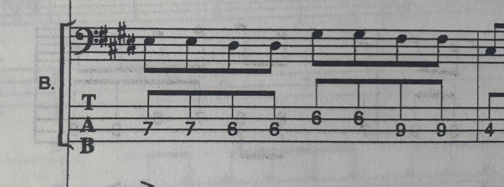 ベース初心者です。下記の部分を弾く場合、どの指で押さえるのがベストですか。 3,4音目の6フレットと5,6音目の6フレットは同じ指で押さえるのでしょうか…?