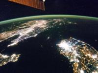 『フラットアース説』を信じてる信者さんたち(フラットアーサー)は世界で7%居てるらしいんですけどなぜ信じてしまうのでしょう! 月や太陽は宇宙にないとか、日本から飛行機で北へずっと飛んでいくと日本に戻ってくるのは事実なのに「戻ってきません、違う世界に行きます」とか、人工衛星とか宇宙から見た地球とかはCGだみたいな! フラットアーサーが出してくる画像や映像はCGと思わないって矛盾してますよね。