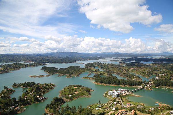 コロンビアのペニョル貯水池はなぜリアス式海岸のように入り組んだ地形をしているのでしょうか。