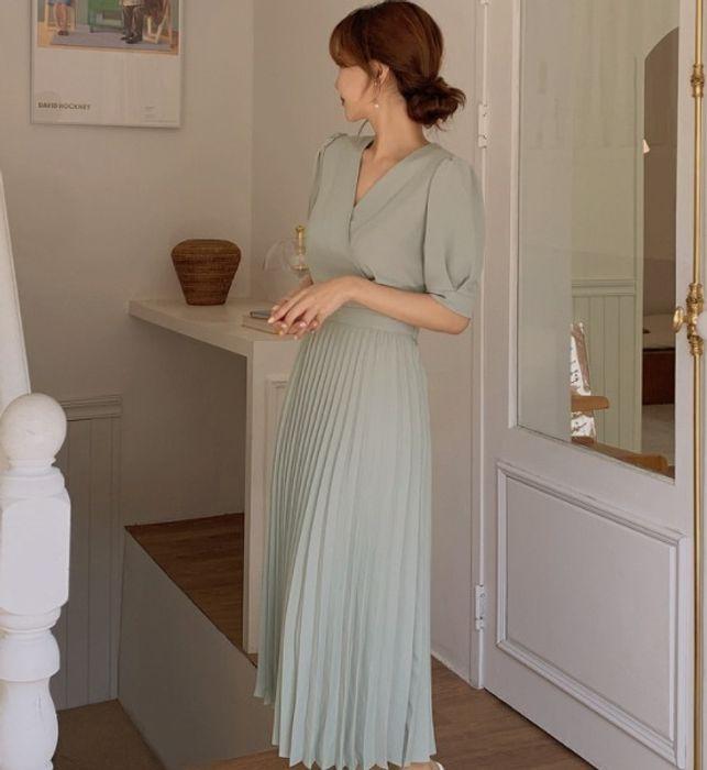 結婚式の参列ワンピースについて 画像のワンピースのようなプリーツ素材のワンピースは結婚式で良いのでしょうか? 結婚式に色々ルールがあるのは承知しておりますが、最近の結婚式は割とカジュアルなものが多いので、この画像のようなワンピースでも大丈夫かな?と思い質問しました。 バックと靴はパーティー仕様のものを着用予定です。