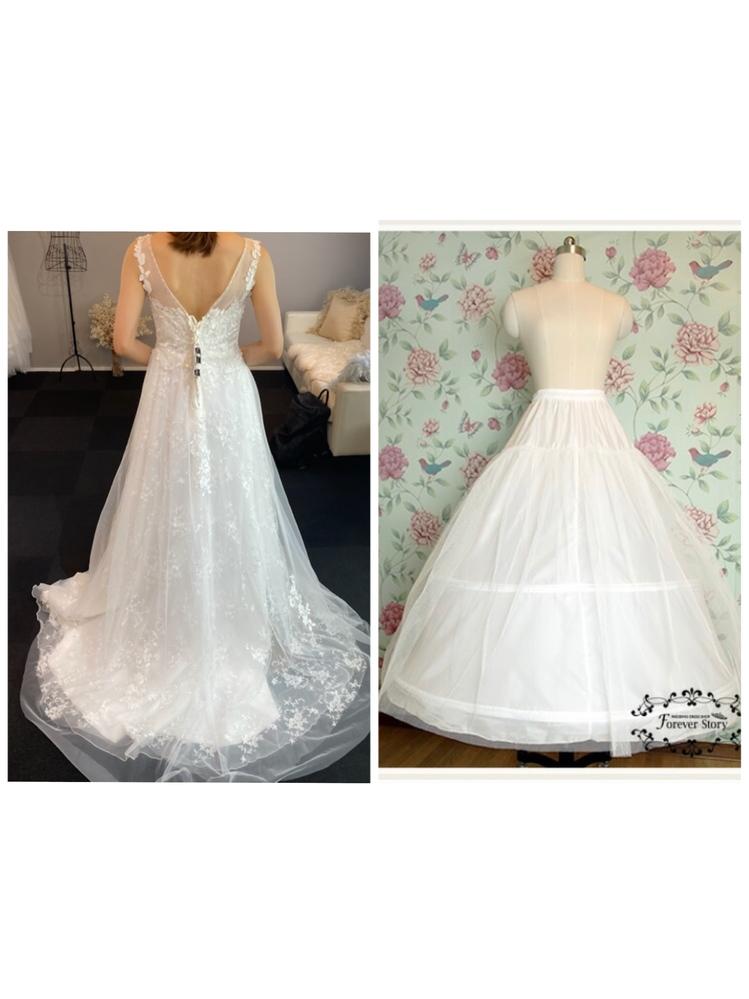 結婚式用のパニエについてです。 ドレスを購入する予定なのですが、ボリュームが欲しく、パニエの購入も検討しています。ドレス自体ははハリがあまりあるものではないのですが、ワイヤー入りのパニエを買うとワイヤーのところで裾がカクッとなってしまったりするのでしょうか?ワイヤーなしのものの方がいいですか? 候補のドレスとパニエを載せていますので、教えていただけると嬉しいです。 ちなみに身長は164cm、ヒールは5-7cmの予定、パニエの丈は100cmです。