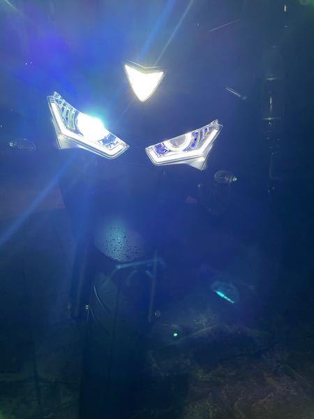 バイクのHIDが片方しか点灯しません 出先の帰りにバイクのエンジンをつけてみると、HIDが片方しか点灯しないです。写真の通り、アイラインとイカリングは点灯する状態です。 このバイクは元々ハロゲンだったのを中国社外品のHIDプロジェクターに自己改造しました。雨が少し降っていたので何かの要因でショートしたのでしょうか。 HID自体は買ってから1年も経っていないのでライトの玉切れは考えにくいです。 どなたか解決法をご教授お願いします。