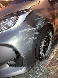 単独事故をしてしまい、下記の写真通りタイヤの軸が 少し後ろ気味になりました。 これを修理しようと思うのですがどれぐらいの値段を覚悟しといたらよろしいでしょうか?