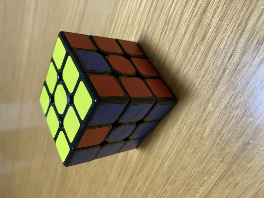ルービックキューブ、どうしても揃いません。 赤と青以外は全て揃っています。 この2点だけ揃わなくて困っています。 どうしたら全面揃えられますか? 分解が必要でしょうか?