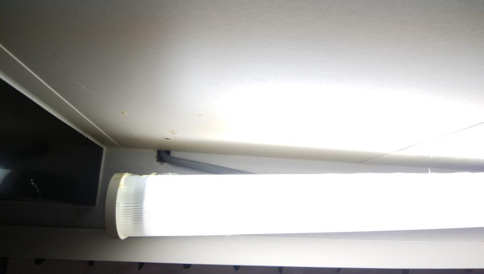 キッチンの所に付いていた、蛍光灯が写真のように外れてしまいました。 ゴリラの補強テープを使ってみましたが、駄目で何かお勧めの補強テープや接着剤ってありますか?