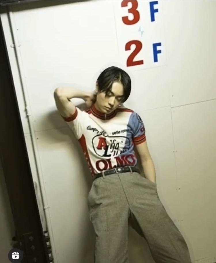 彼が着ているトップスの名前(ポロシャツやリンガーシャツなど)が知りたいです。 知ってる方いましたらお答えいただけると嬉しいです!