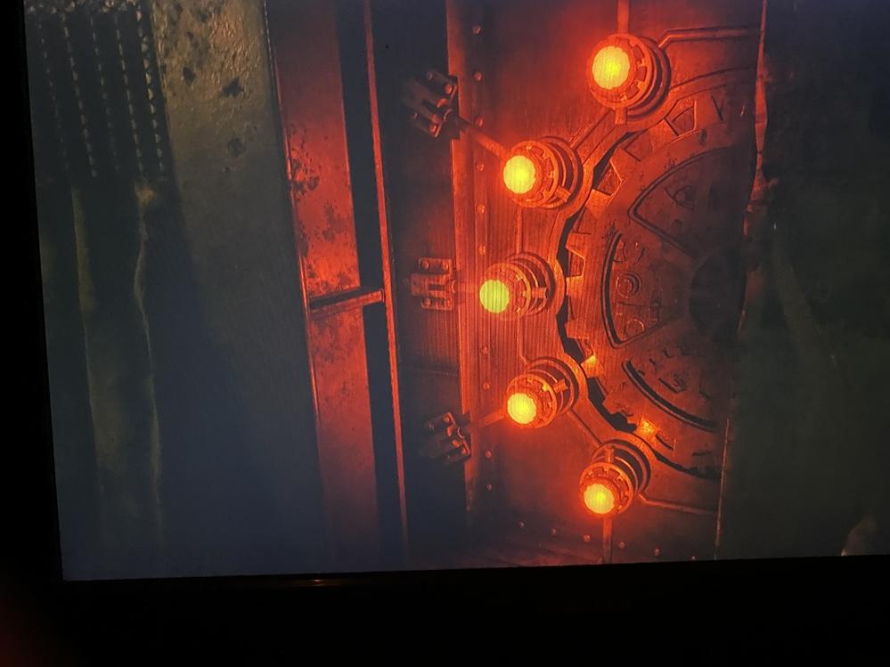 バイオハザード8VILLAGEの工場で5個の光球の先にいるプロペラ男が倒せません。中に入ると出口が塞がれて逃げ場がありません。 攻略方法を調べたのですが調べ方が悪いのか見つかりません、助けて下さい!