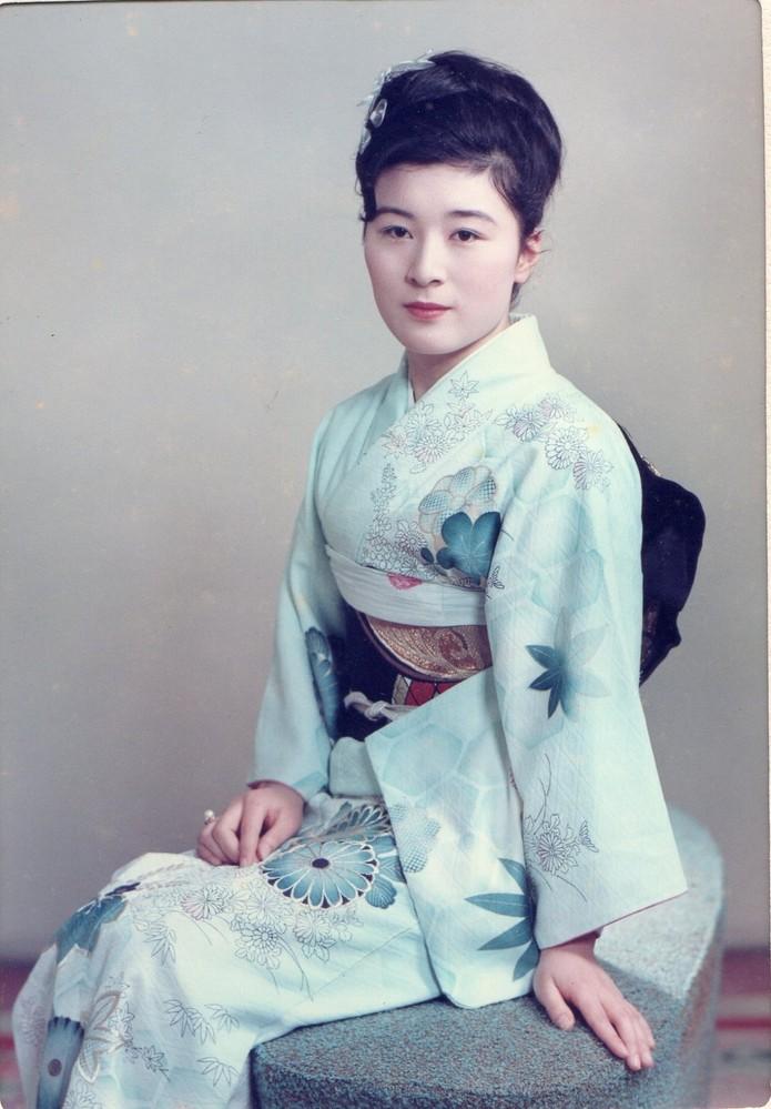 こちらの女性ですが、亡き祖父の末妹の成人式画像らしいのですが、昭和20年代から40年代あたりのどなたか女優さんに似ているような気がします。 24歳の若さで白血病で亡くなられたそうですが、当時を知っている方に誰に似ていらっしゃるか教えて頂きたく存じます。 親戚中の話ではまさに「美人薄命」と申しておりました。