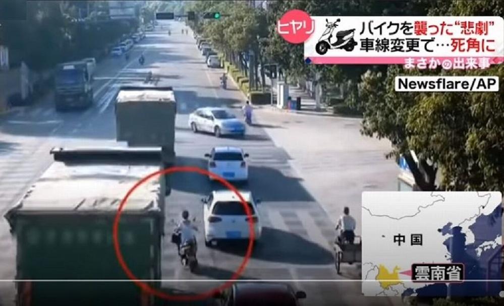 トラック運転士の方にお伺いをいたします。 ・ 下記動画は電動バイクのライダーが悪いですよね。 自らトラックの「死角」に入り、速度不足により轢かれてしまう。 電動バイクのライダーこそ、当たりやと考えます。 ・ ここでトラック運転士の方に質問です。 この事故をどのようにお考えでしょうか。 ・ ・ ■ 【まさか】車線変更で死角に…バイクを襲った悲劇 中国(2021年6月10日放送「news every.」より) ・ https://www.youtube.com/watch?v=UoWaVlxBqWA