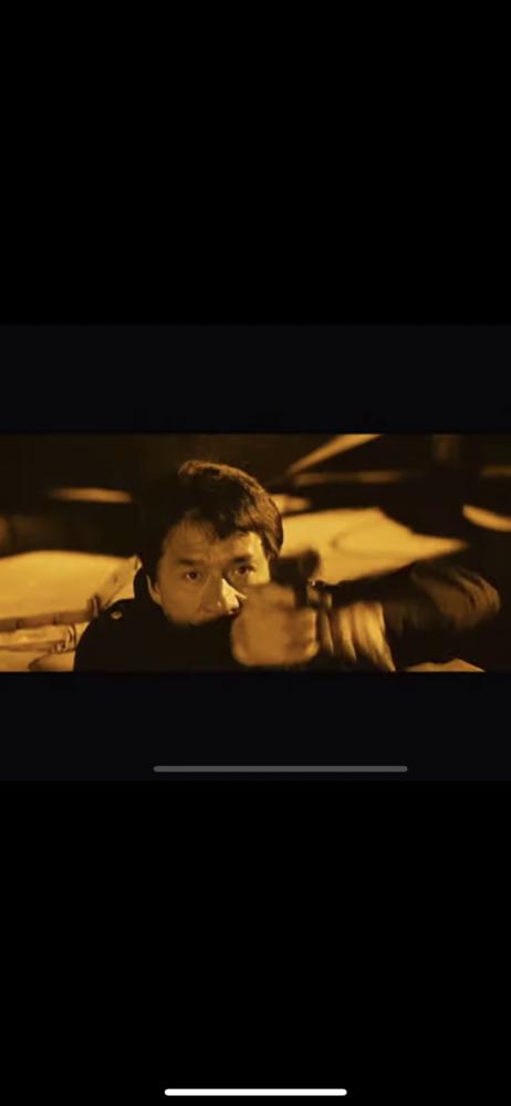 ジャッキーチェンの映画の一部です。 何の映画かわかる方、教えてください! この画像は、蓋を開けて出てきて銃を構えるシーンです。