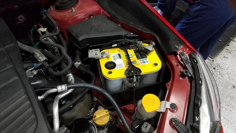 ◆オプティマ・イエロートップのYT925S-Lに使う充電器◆ クルマのバッテリーにオプティマ・イエロートップのYT925S-Lを積んでいます。 4月の転勤で片道2.5キロの超近場に転勤してきましたので、バッテリーが心配です。このバッテリーに使える充電器でお勧めのものはありますか。車載・配線はそのままで夜間に充電したいです。 クルマはスバルレヴォーグVM4型で、ハイブリットとは全く関係ありません。 Amazonで見る限り、MeltecPlus MP-230 などが候補にあがりますが、ディープサイクルバッテリーなので満充電の70~80%の充電しかできないとのQ&Aもあり、思案しています。
