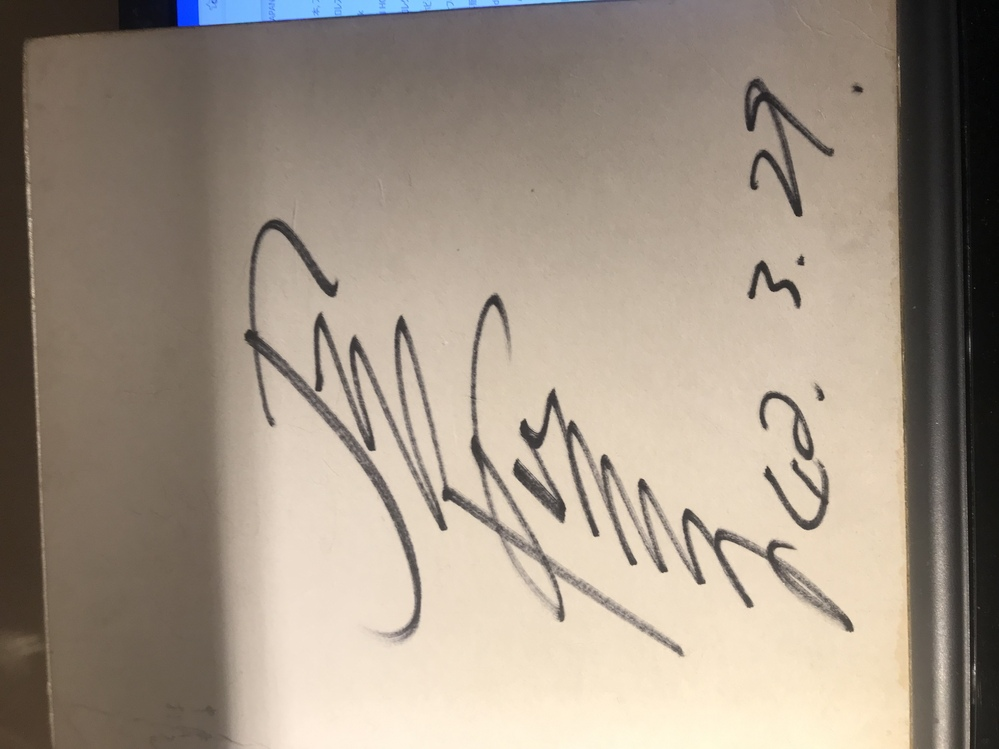 実家で発見した昭和42年に書かれた、おそらく芸能人のサイン色紙ですが、いったいどなたのサインなのかがわかりません。 誰のサインなのか分かる方いませんか?