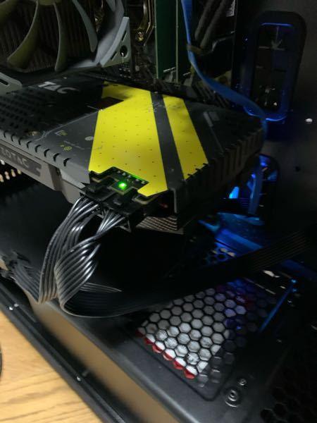 今回、初めて自作でパソコンを作ってみたのですが、電源がつかなくて困っています。一応確認用にgt720を付けて起動すると問題なく作動するのですが、GTX1080をつけて起動させようとすると一瞬だけ赤のランプになり写 真のようなランプに戻ります。配線は大丈夫ですし、もしかしたらケーブルが悪いのかと思います。グラフィックボード、CPUは点灯しているので問題ないとは思うのですが現状わからないため質問させていただきました。 構成 CPU Ryzen 9 3900X 箱 Thermaltake Versa H26 グラボ GTX1080 マザボ ASUS TUF GAMING B550-PLUS SSD NVMe M.2 SSD 1TB メモリ DDR4-SDRAM PC4-21300(DDR4-2666) 16GB 2枚で32GB 電源 750W 80PLUS BRONZE