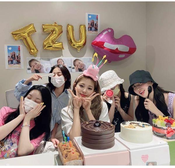 ツウィちゃんの誕生日Vライブにでていた、右から二番目の白い帽子のメンバーは誰ですか?? TWICE