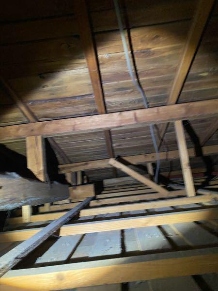 2階が凄く暑いので天井を確認したら断熱材が入っていませんでした。 屋根の裏に断熱材を貼るのと天井裏に断熱材を敷くのはどちらがおすすめですか? 築50年くらいです。