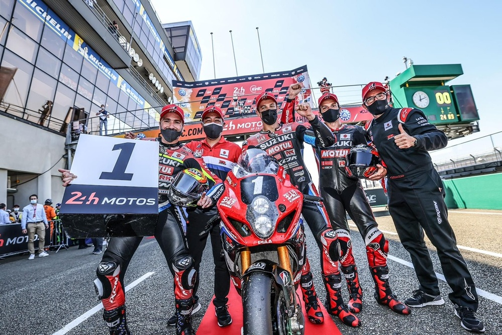 ル・マン24時間耐久レースにスズキが優勝してそれがなぜ大ニュースになるのですか。 ・・・・・・・・・・・・・・・・・・・・・ Yahoo!ニュースとかを見ていたらスズキとヨシムラとSERTの混合チームがル・マン24時間耐久レースに優勝したことを大ニュースみたいに伝えていますが。 よく分からないのですが。 耐久レースて日本の4メーカーのどこかが優勝するのは決まっているようなものなのでは。 なぜスズキが優勝したことがそんなに大ニュースになるのですか。 と質問したら。 スズキではなくてヨシムラとSERTが優勝した。 という回答がありそうですが。 それをスズキと言うのでは。 それはそれとして。 確かにクルマのル・マン耐久に日本のメーカーが欧州の競合メーカー相手に優勝すれば大ニュースですが。 バイクのル・マン耐久て日本のどれかのメーカーが勝つのが始まる前から決まっているようなものなのでは。 なぜスズキが優勝して大騒ぎなのですか。