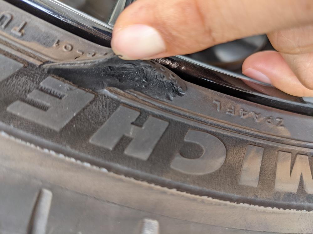 タイヤのリムガードの部分をえぐってしまいました。 まだ使用出来るレベルでしょうか?
