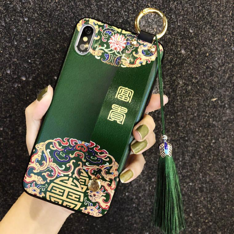 中国語について この画像のスマホケースが非常に気になっているのですが、ベルト部分の文字はなんと書いてあるのか分かりますか? 上は「富」に見えるのですが、下が元々どんな漢字なのか分かりません。 出来れば意味も含めて教えて頂きたいです。