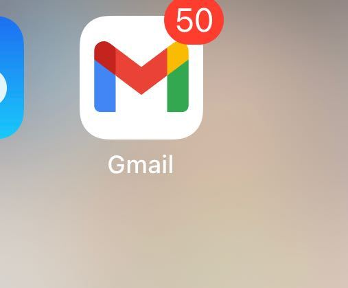 Gmailに詳しい方教えてください! iPhoneを使ってます。 写真のように未読メールの件数が表示されるのが嫌なのですがなにか方法はありますか? iCloudのメールは表示されないようになってるのでGmailもそうしたいですが調べてもやり方がわからず…