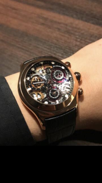【時計に詳しい方!】 すいません、粗い画像一枚しかないですが、こちらの時計のメーカーや詳細のわかる方いらっしゃいませんか?