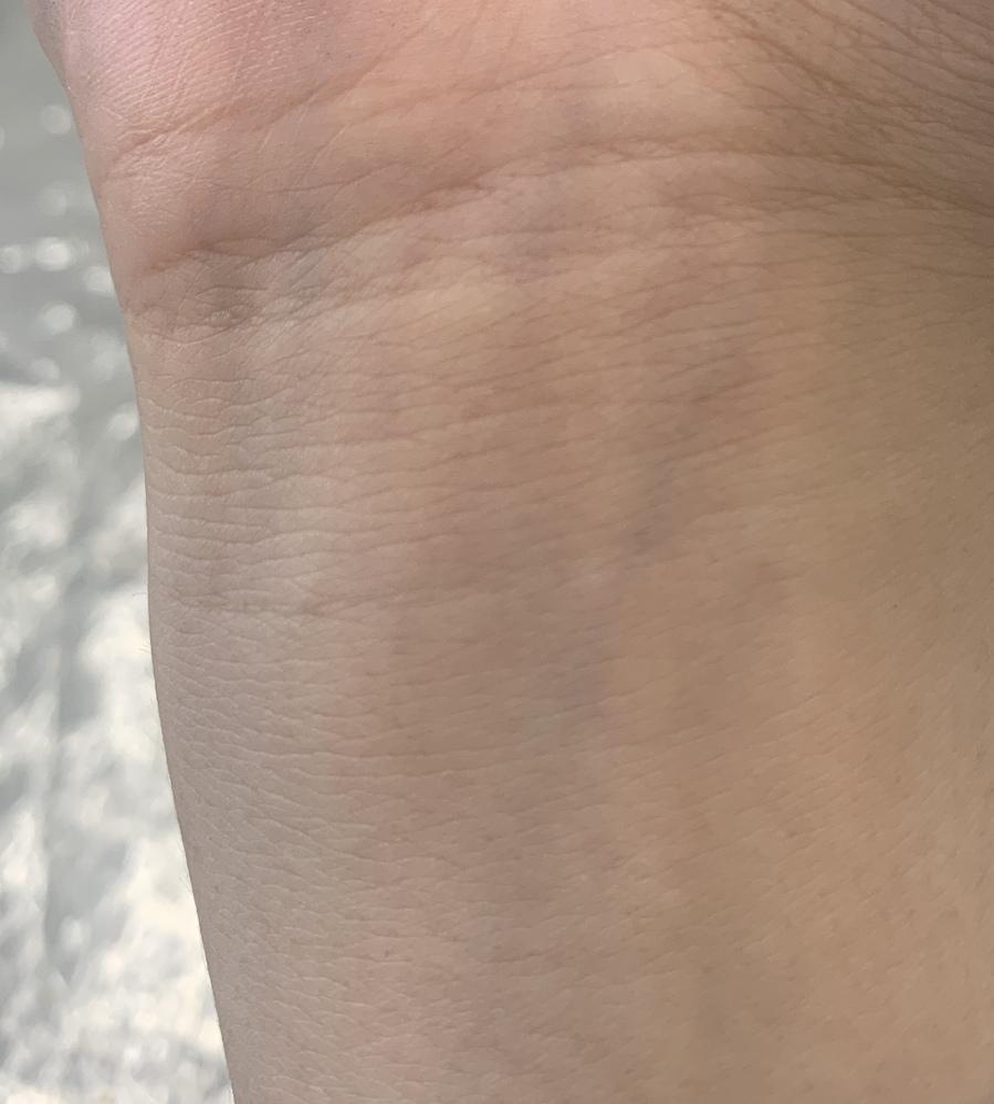 パーソナルカラー 過去に診断して、何回か診断して オータム、サマー、ウィンターと言われたことがあり、何かわかりません。 そんな人いるんですか??? 手首の血管は青い方で 肌は黒い方だと思い...