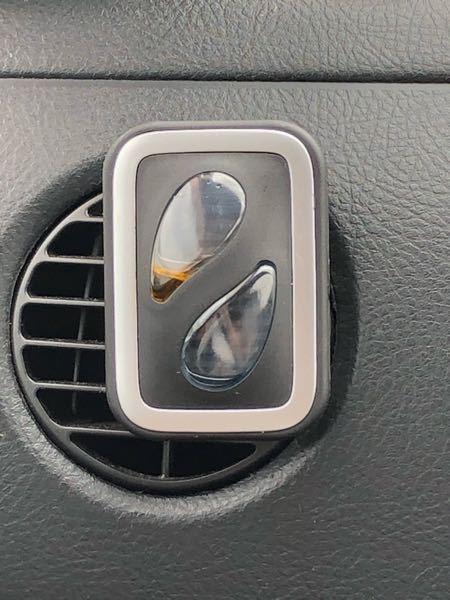 車の芳香剤 見づらくてすみません。 これくらい液があるのですがまだ使えますか?もう撮り替え時ですか?